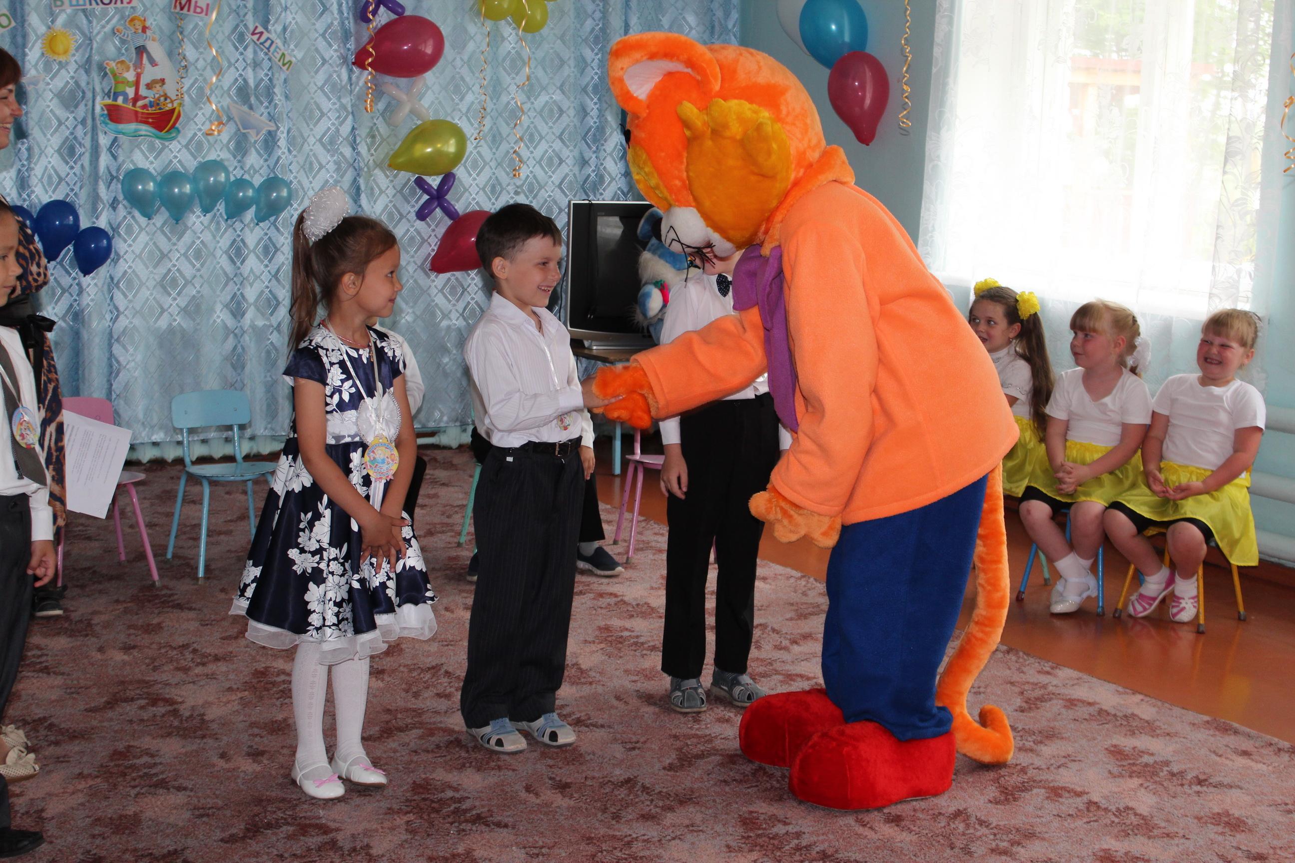 Сценарий с героями в детском саду